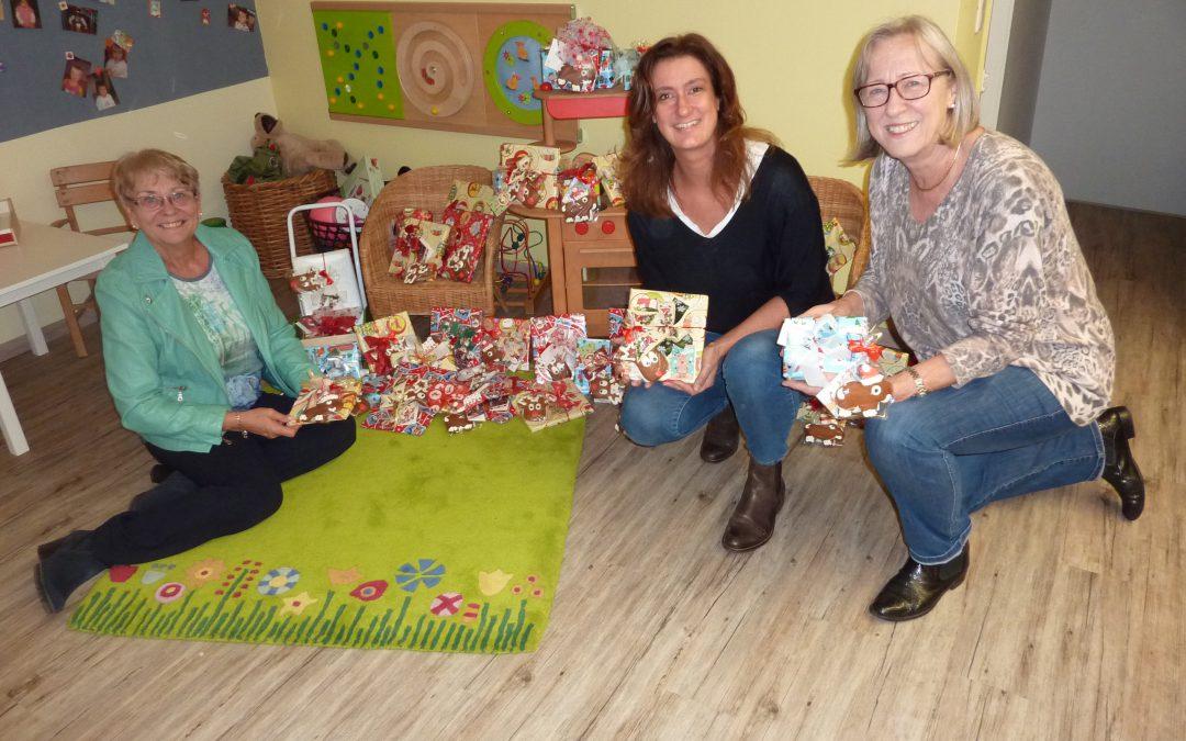 FrauenUnion packt Weihnachtspäckchen für Opstapje-Kinder